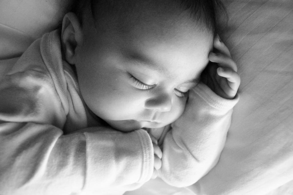 Avant la nuit, bébé prend son biberon dans sa chambre pour préparer le sommeil