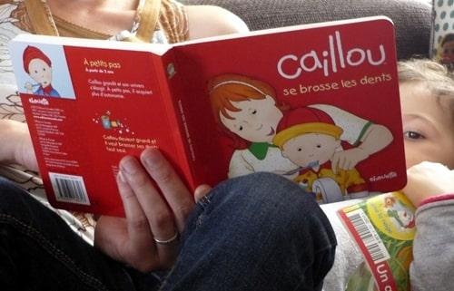 bébé se brosse les dents avec Caillou