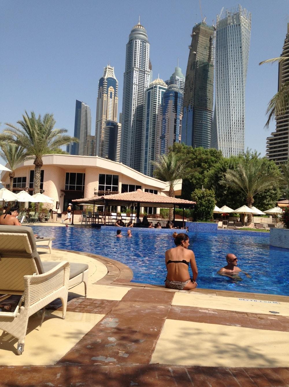 vacances en famille a dubai au bord de la piscine