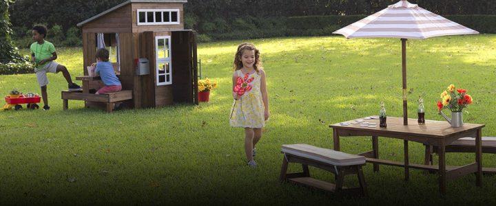 enfants qui jouent avec cabane en bois dans un jardin