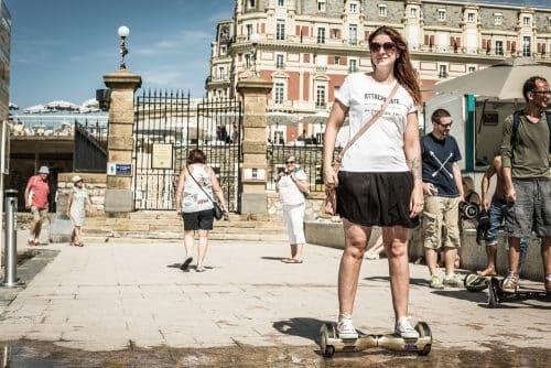 Valérie du blog Allo maman dodo teste un hoverboard Newshoot à Biarritz