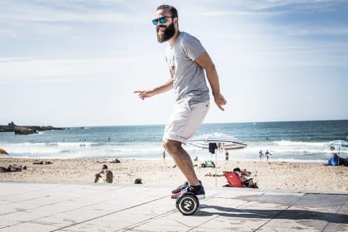 Guillaume de l'homme tendance essaye un hoverboard Newshoot