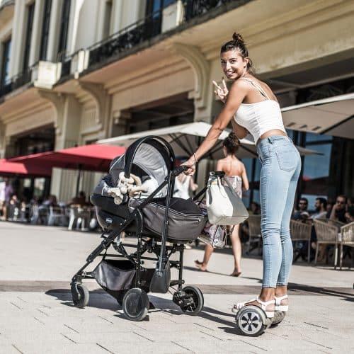 Une maman avec son landau sur un hoverboard Newshoot