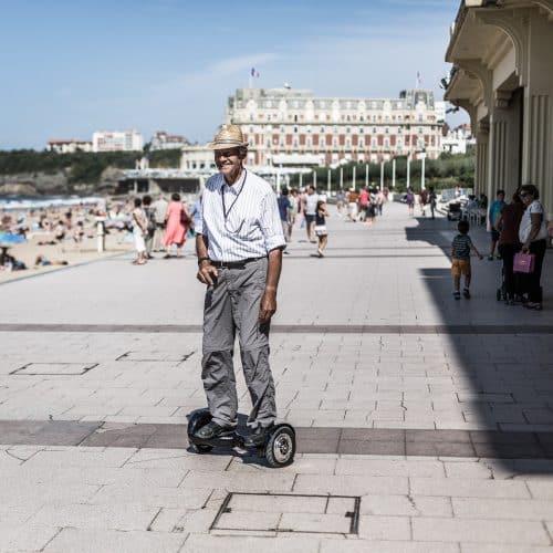 Un papy sur un hoverboard Newshoot
