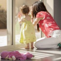 cadeau de naissance : offrez du baby-sitting aux jeunes parents