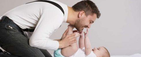 papa change bébé