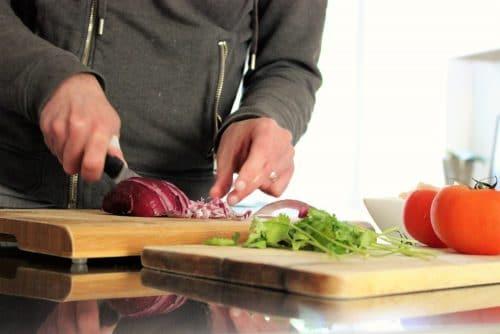 préparer la garniture de la papillote de poulet aux légumes