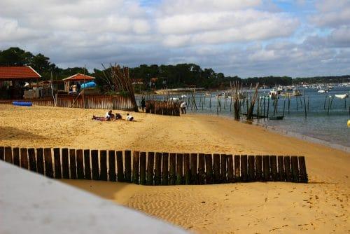plage du village ostréicole de l'Herbe sur le bassin d'Arcachon