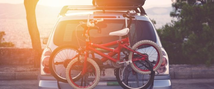 2 vélos sur un porte vélos fixé sur le coffre d'une voiture