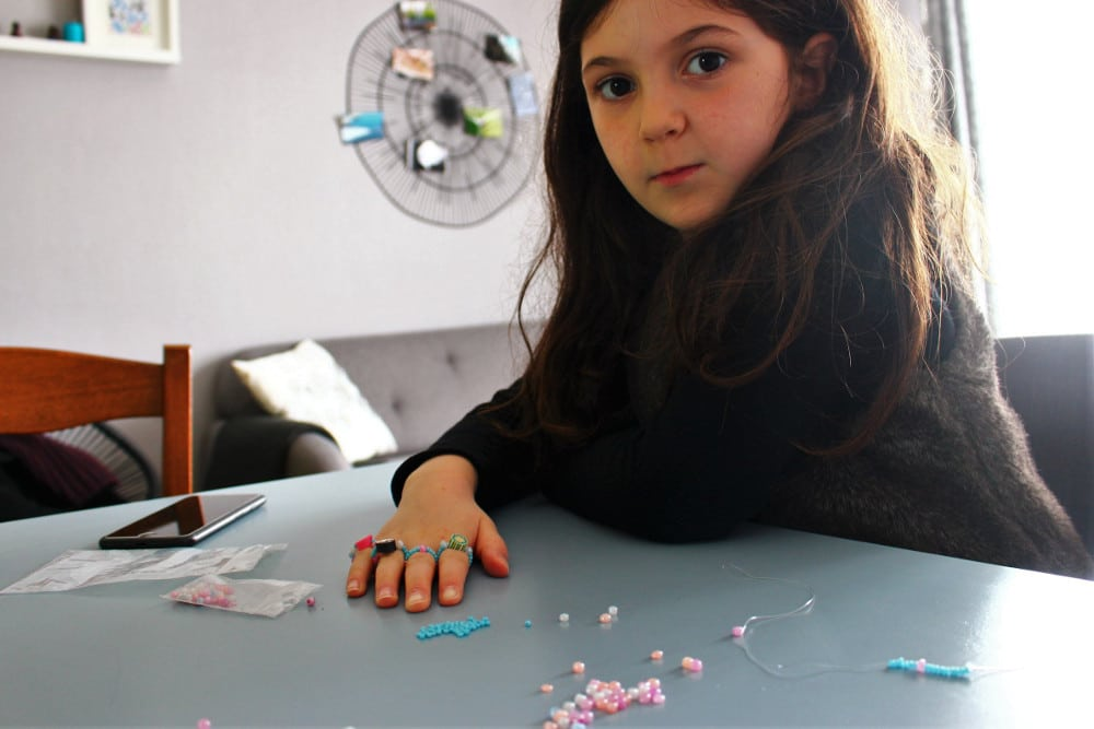 faire des bagues en perles avec un enfant