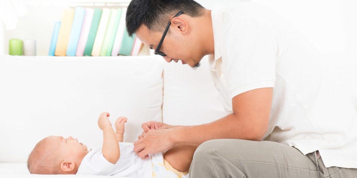 les papas doivent changer les couches de bébé