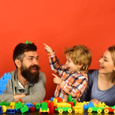 famille qui joue à des jeux de construction pour enfant