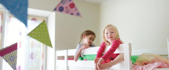 2 enfants sur un lit superposé dans une chambre enfant