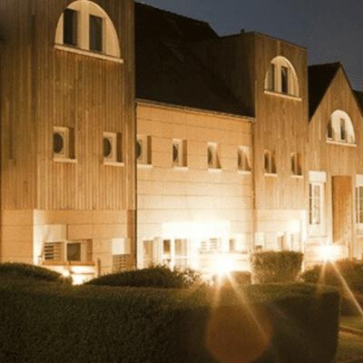 Situé en Bretagne ce village VVF comporte 34 appartements tout équipés répartis sur deux niveaux. De nombreux équipements sont proposés aux vacanciers comme une piscine intérieure, un terrain de pétanque et une bibliothèque. De nombreuses activités sont également proposées à proximité du village vacances telles que des plages, des marchés nocturnes, un center équestre, un casino et des activités nautiques.
