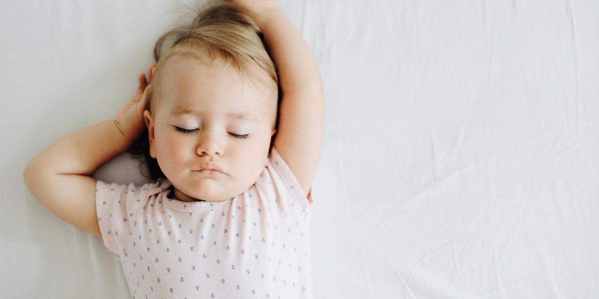 bébé qui dort sur un matelas de marque