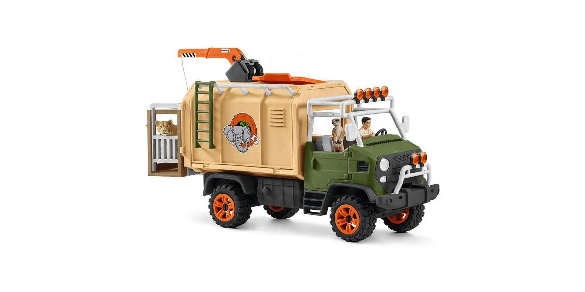 Camion avec chauffeur et un lion à l'arrière du camion dans sa cage