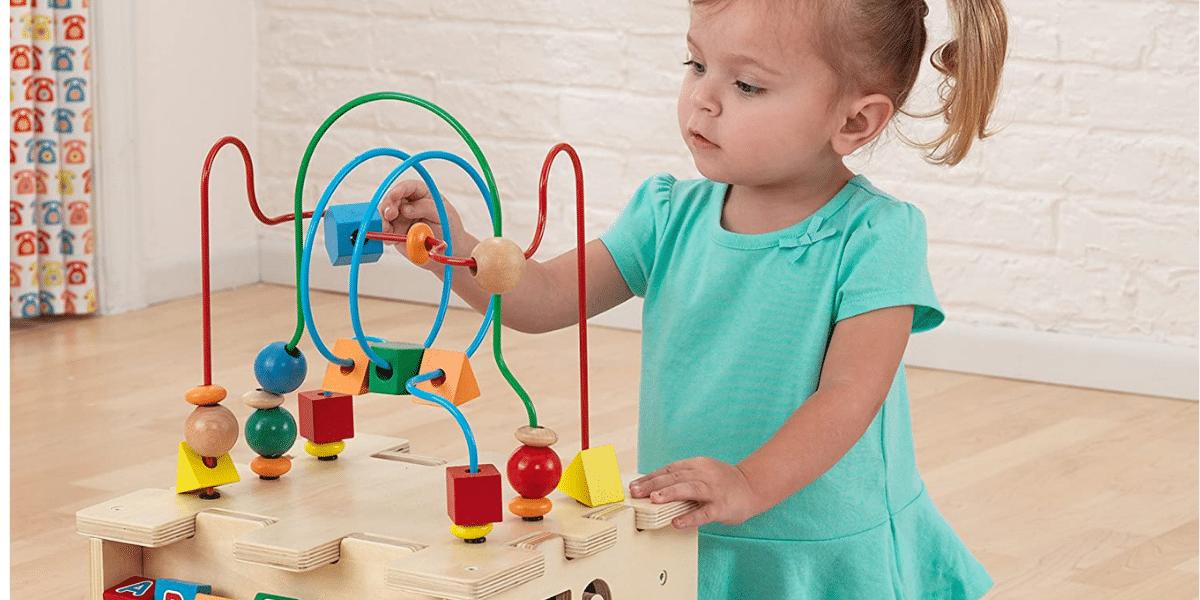 photo petit fille joue centre d'activté deluxe marque vertbaudet
