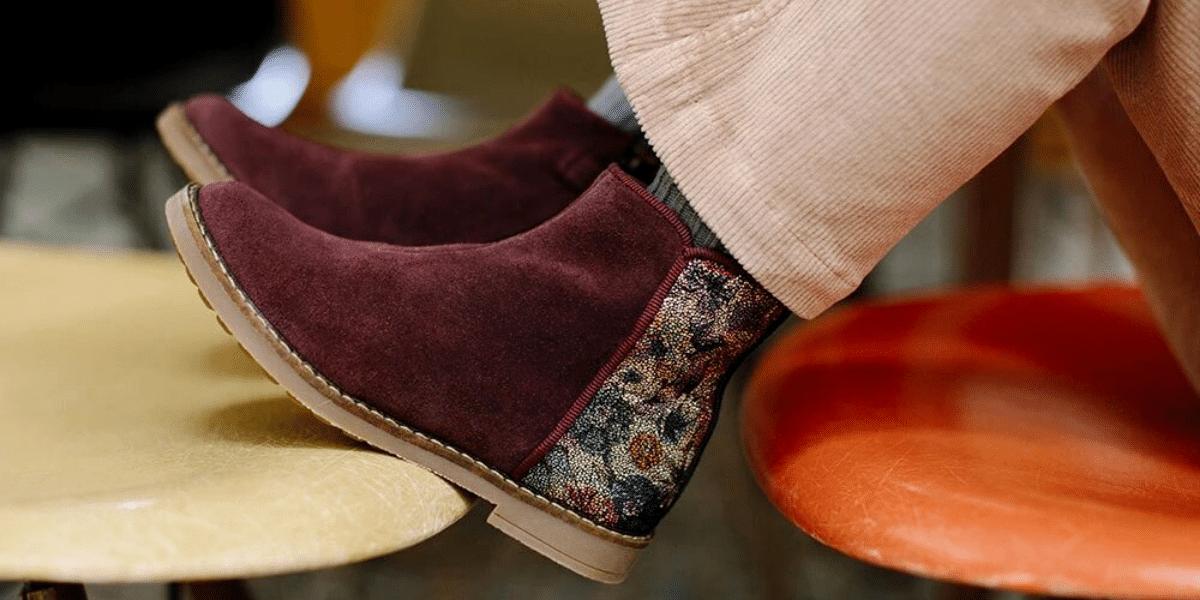 pieds enfant avec des bottines rouges