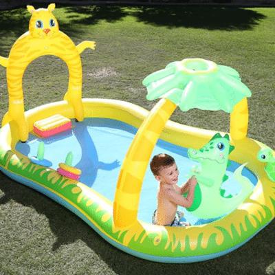bebé en la piscina inflable de la marca bestway