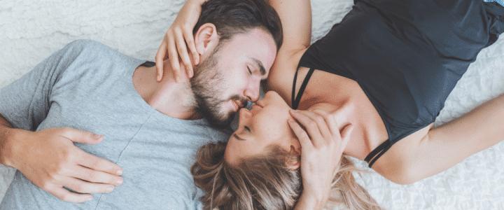 couple s'embrasse sur un lit
