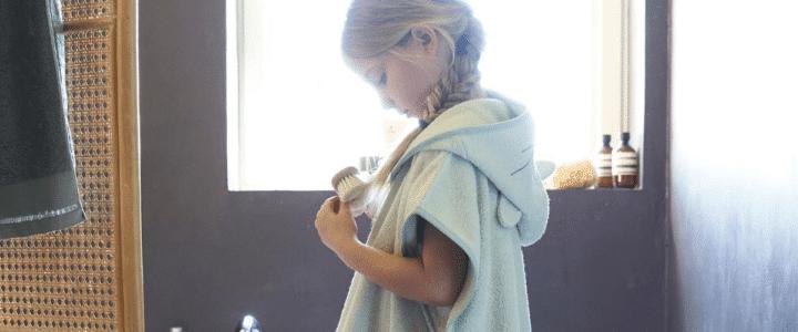 petite fille avec un poncho de bain