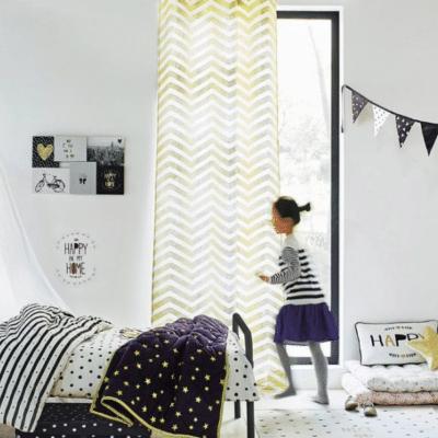 ciel de lit blanc dans une chambre de bébé marque vertbaudet