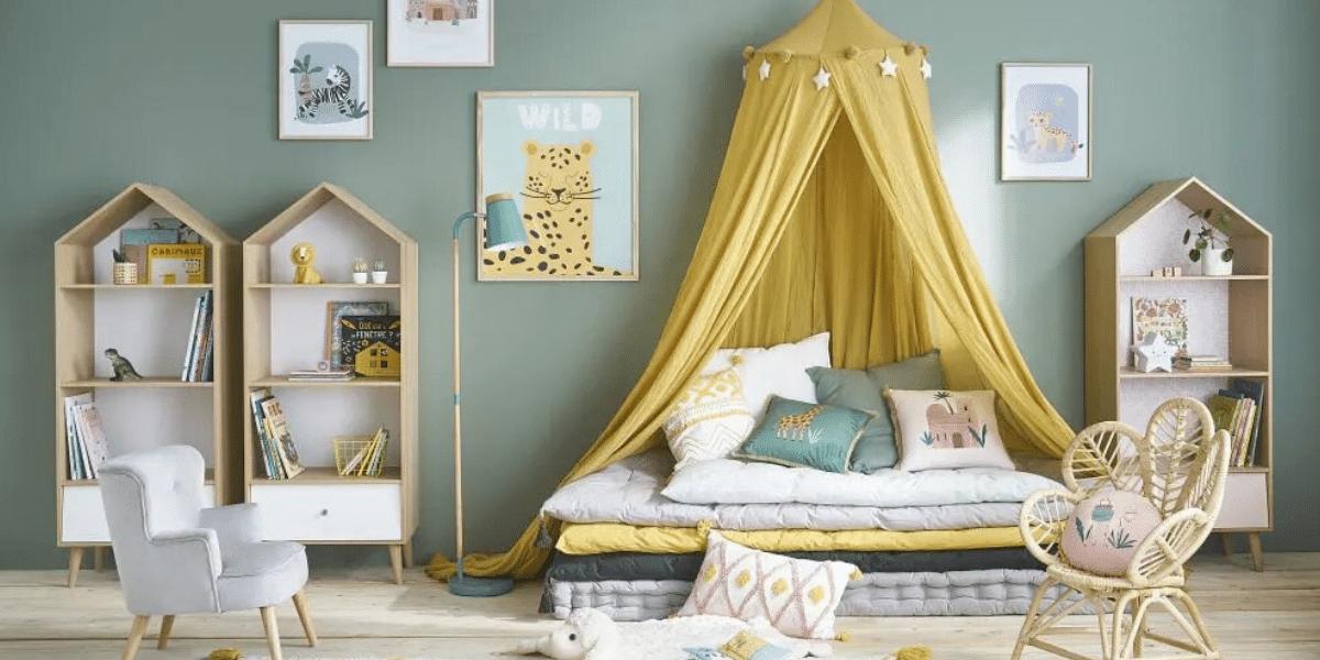 ciel de lit couleur mouterde dans une chambre d'enfant marque Maison du monde