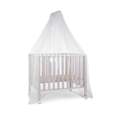 ciel de lit blanc sur un lit de bébé marque childhome
