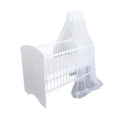 ciel de lit blanc au dessus d'un lit bébé
