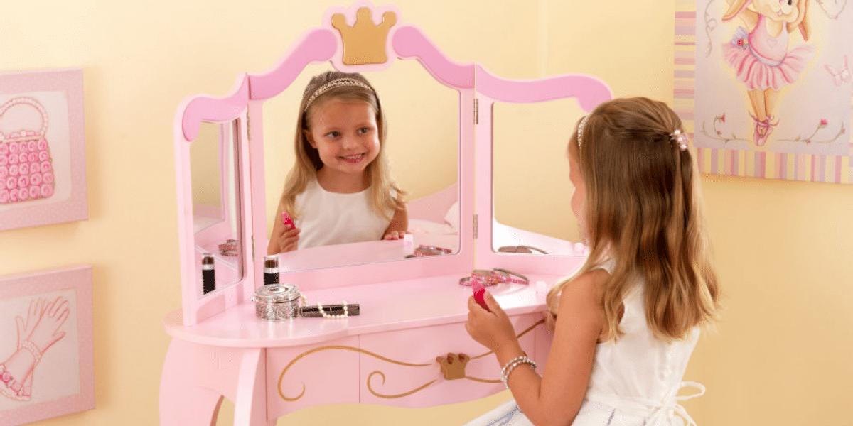 coiffeuse enfant rose avec petite fille devant