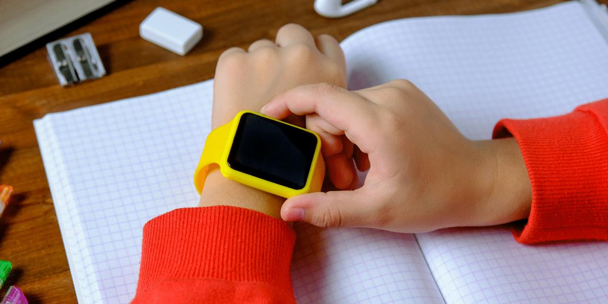 un enfant avec une montre au poignet