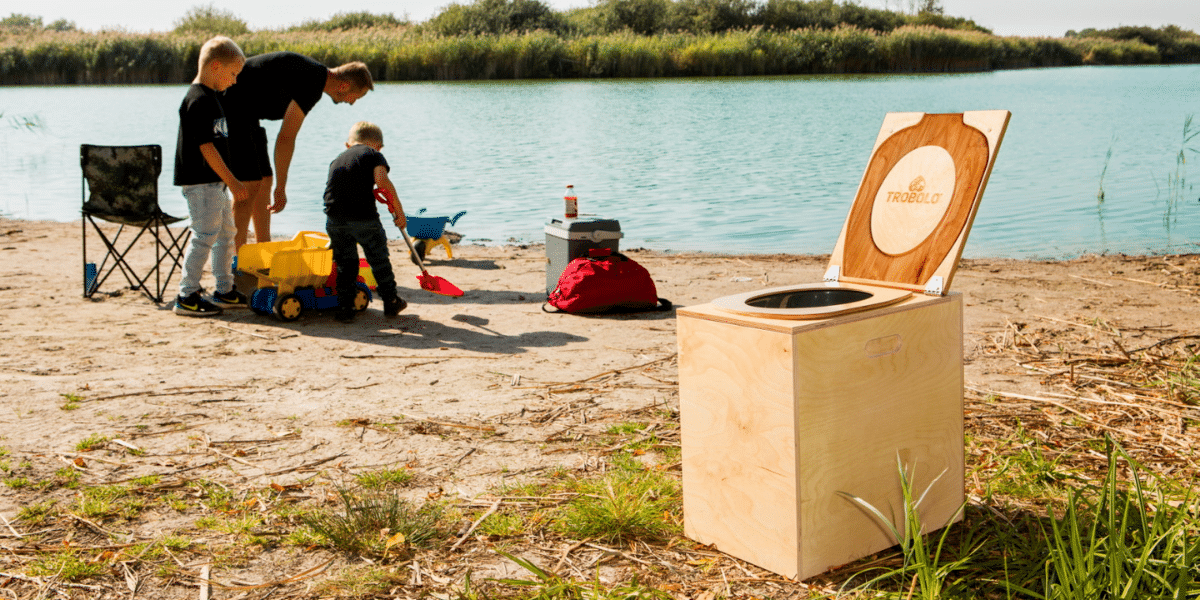 des enfants testent les toilettes sèches nomades en vacances