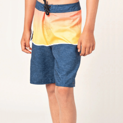 les jambes d'un garçon avec un maillot de bain marque rip curl