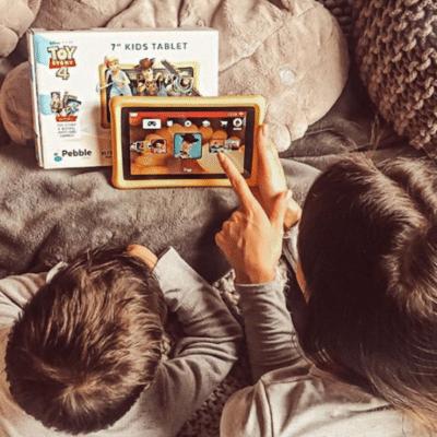 des enfants jouent à la tablette pebble gear