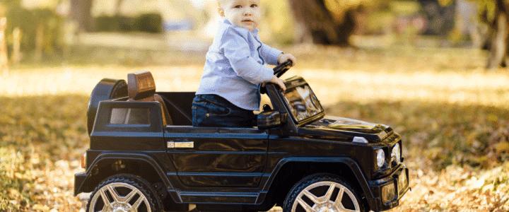 enfant dans sa voiture électrique
