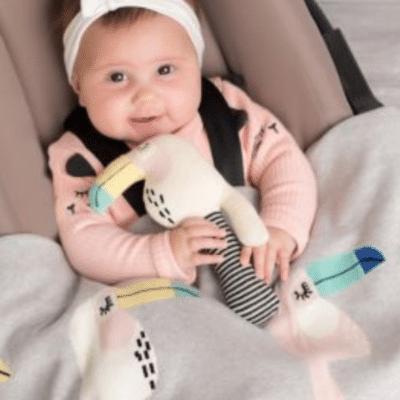 bébé dans un cosy avec une couverture sur lui. couverture bébé marque sevira kids